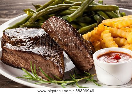 Beefsteak, chips and vegetables