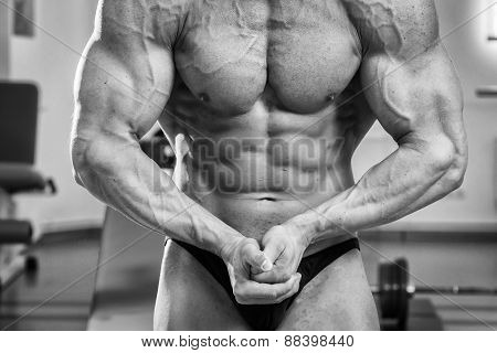 A man pumping abdominal muscles in the gym