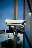 Постер, плакат: Камера безопасности прикреплены на здание бизнес с отражениями