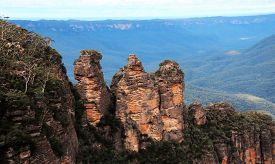 foto of three sisters  - The magnificent three sisters rock formation in the Blue mountains in New south wales - JPG