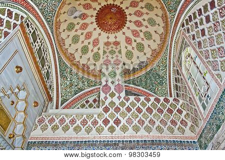ISTANBUL - NOVEMBER 5: Interior of Harem in Topkapi palace - Murat III Kiosk dome on November 5, 201