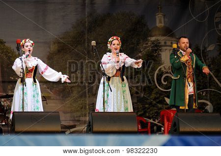Orel, Russia, August 4, 2015: Orlovskaya Mozaika Folk Festival, Man And Two Women In Traditional Bel