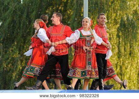 Orel, Russia, August 4, 2015: Orlovskaya Mozaika Folk Festival, Men And Women In Red Russian Suits D