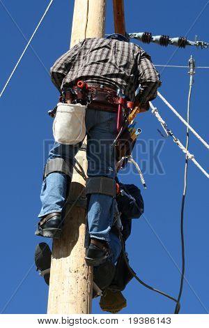 un estudiante de liniero eléctrico trabajando en un poste en un Colegio de liniero