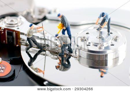 Grupo de trabajadores reparación de disco duro
