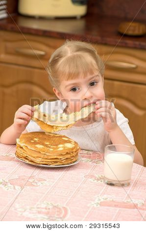 A girl with pancakes