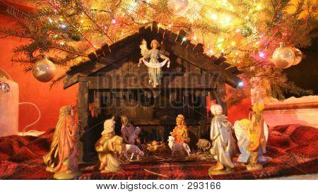 Pesebre bajo el árbol de Navidad