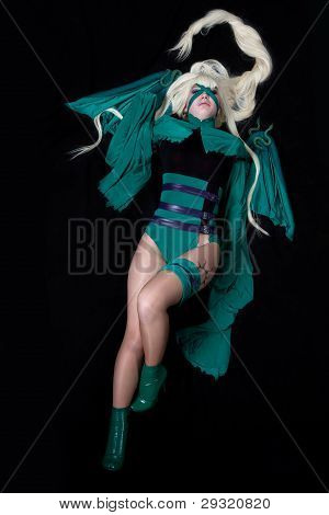 jovem loira traje cosplay de banshee verde