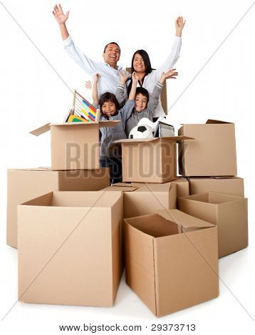 Família animado sobre mover-se com os braços acima e caixas de papelão