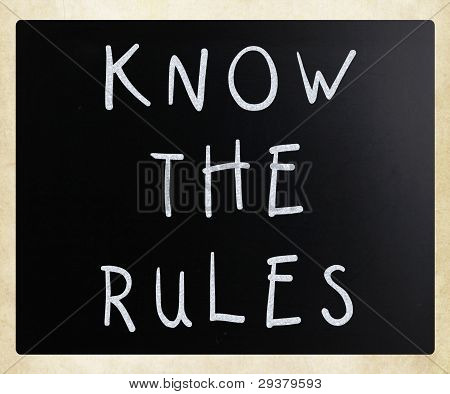 Conocer las reglas - manuscritas con tiza blanca sobre una pizarra