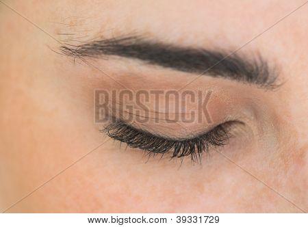 Close-up da mulher com os olhos fechados
