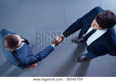 estrechar las manos de hombres de negocios hacen acuerdo y firmar contrato