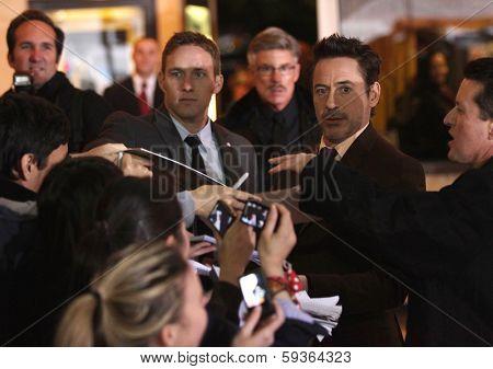 LOS ANGELES - DEC 06:  ROBERT DOWNEY JR. arrives to the