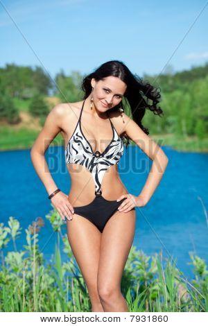 Chica con cuerpo perfecto en el lago