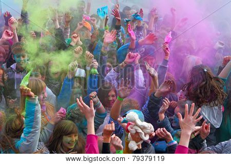 The group of youth strews itself with paints at