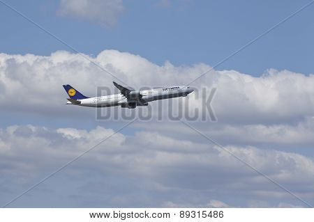 Frankfurt Airport - Airbus A340-400 Of Lufthansa Takes Off