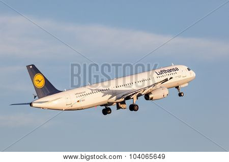 Lufthansa Airbus A321 After Take Off