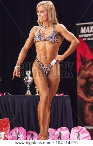 Female Bodyfitness Contestant Shows Het Best Front Pose