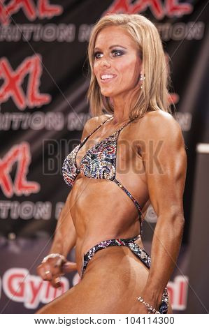 Female Bodyfitness Contestant Shows Het Best Front Pose On Stage