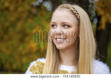 Close up portrait of young happy blonde beautiful woman, oundoors autumn park