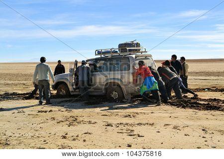 Tourist jeep gets stuck in Southwestern Bolivia near Uyuni