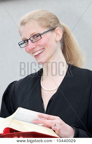 Rollos de estudiante de derecho riendo en el libro