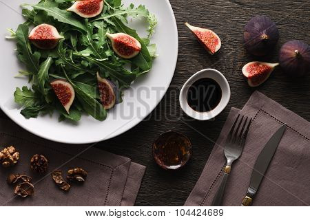 Salad with rocket leaves and figs