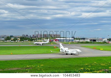 Airfix Aviation Airlines Dassault Falcon 7X And Rossiya Airlines Airbus A319-112 Aircrafts In Pulkov