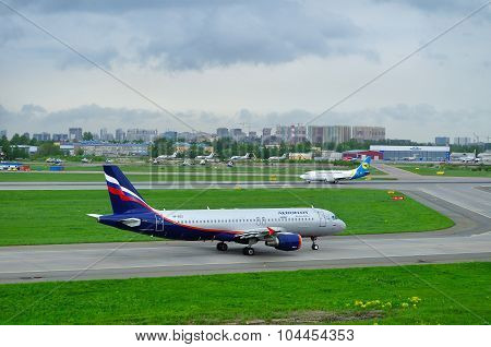 Aeroflot Airlines Airbus A320-214 And Ukraine International Airlines Boeing 737-500 Planes In Pulkov