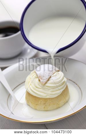 semla in a bowl of warm milk, hetvagg
