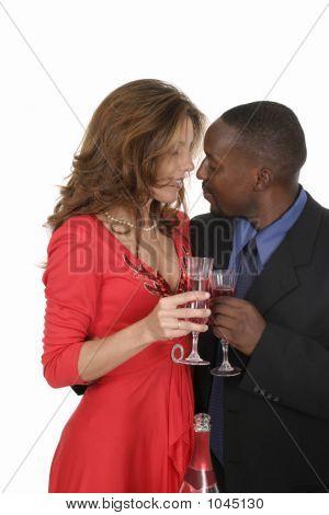 Casal romântico comemorando com vinho 12