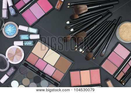 makeup brushes set with many tone of blushers,eyeshadows,highlighter,powder and nails paint