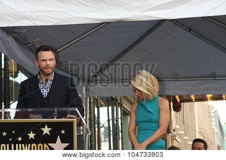 LOS ANGELES - OCT 12:  Joel McHale, Kelly Ripa at the Kelly Ripa Hollywood Walk of Fame Ceremony at the Hollywood Walk of Fame on October 12, 2015 in Los Angeles, CA