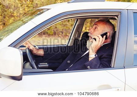 startled screaming man holding smartphone and driving his car