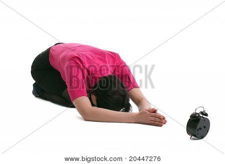 mujer de negocios pone en yoga orar por vez aislado