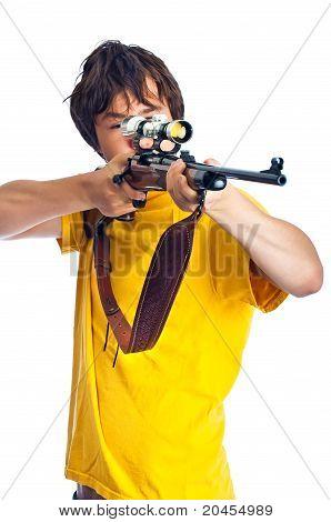Adolescente, apontando um Rifle