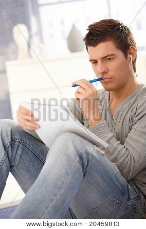 Studenten denken und lernen von Noten, Stift halten, Konzentration.?
