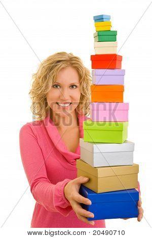 Mujer que sostiene muchas cajas de regalo diferente