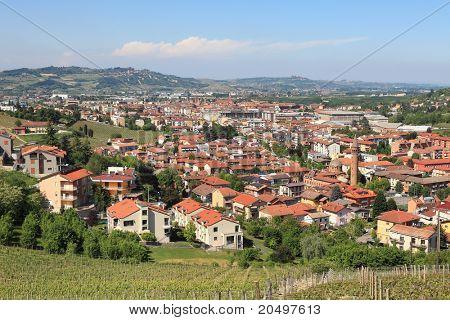 Ver en la ciudad de Alba de los vecinos de colinas de Langhe en Piamonte, norte de Italia.