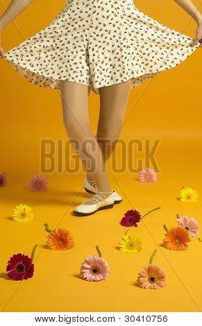 Menina curtseying