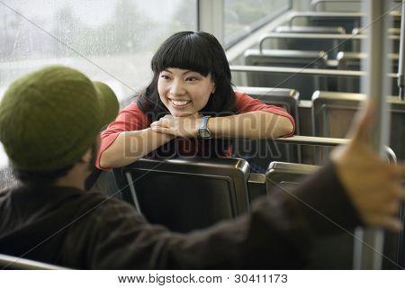 zwei junge Erwachsene sprechen Zug