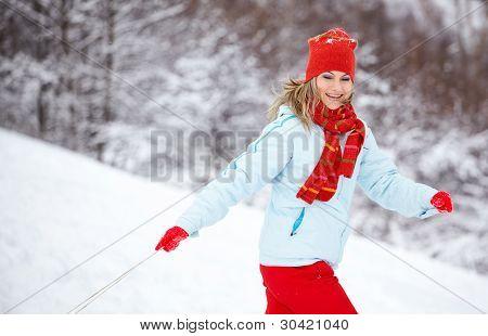 Mulher correndo através da neve
