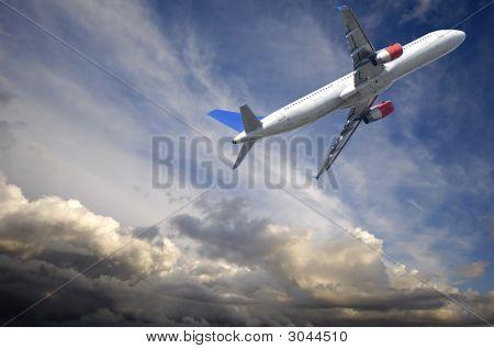 Avião escapar das nuvens de trovão escuro