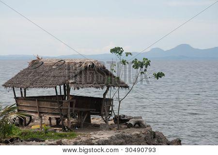 Casinha de madeira com vistas sobre o mar