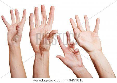 Muchas manos llegar en el aire para ayuda
