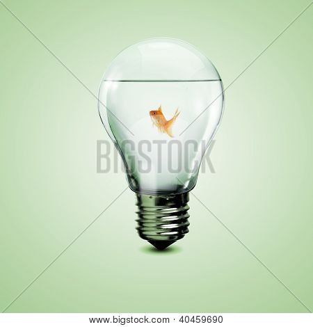 Oro pez en el agua dentro de una bombilla de luz eléctrica