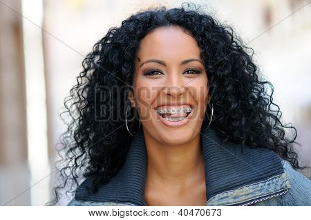 Young Black Woman sonriendo con tirantes