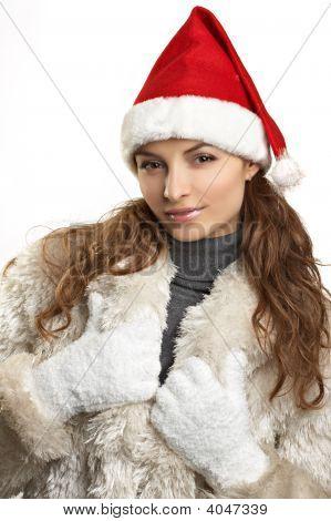Joven hermosa mujer en abrigo de piel blanco y Red Hat