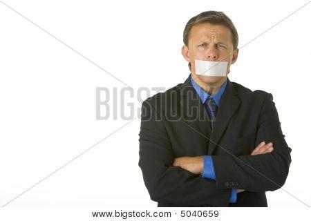 Kaufmann mit seinen Armen gefaltet und seinen Mund Bandware geschlossen