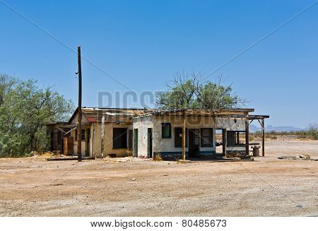 old rotten hut at Railroad Crossing